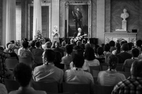 """Das waren noch """"Vor-Corona"""" Zeiten : Auftritt in der Aula am Wilhelmsplatz bei der Europe Conference des GWDG Max-Planck-Institutes Göttingen 2019, Susanne Wieneke und Eduard Luszas als Monkey's Daughter"""